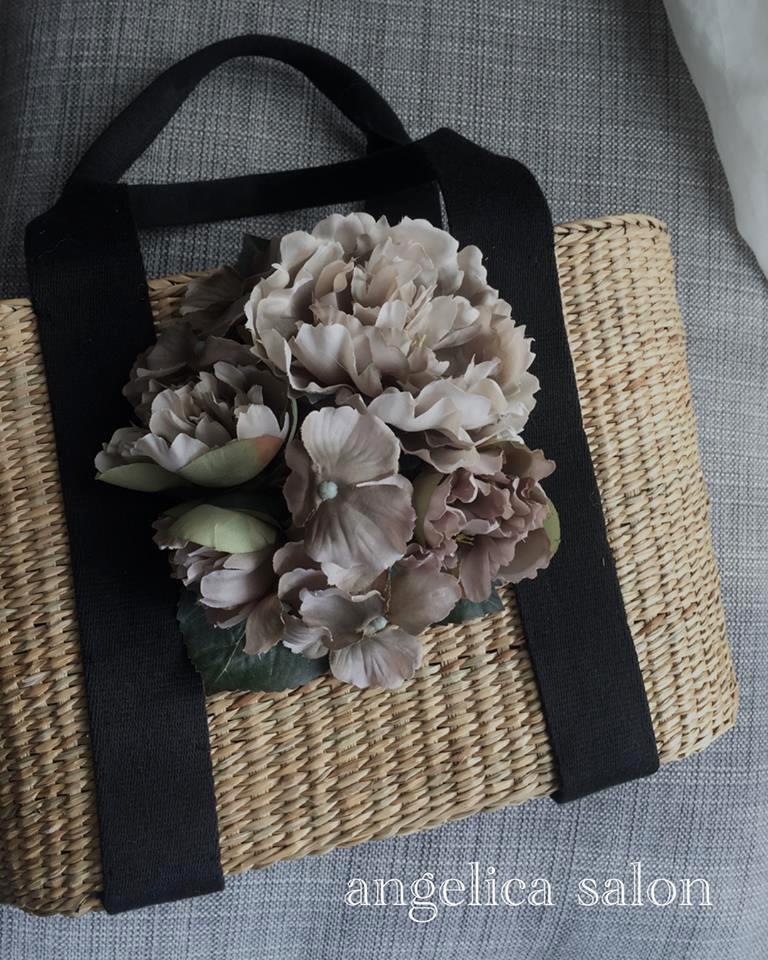 黒いテープリボン持ち手の籠バッグ、お花つき