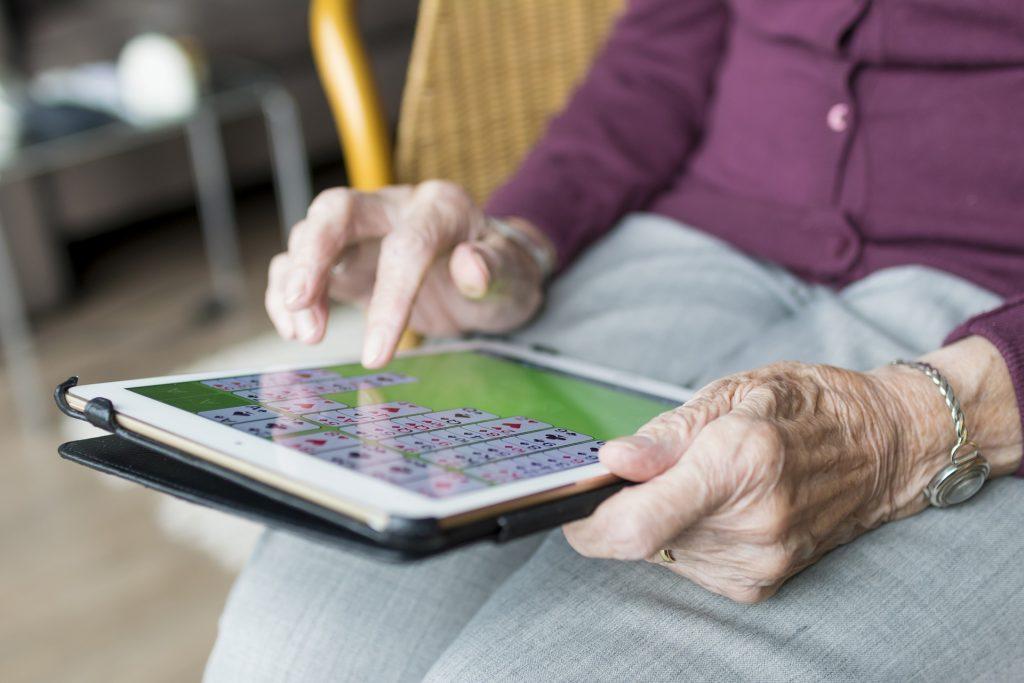 老人、iPad