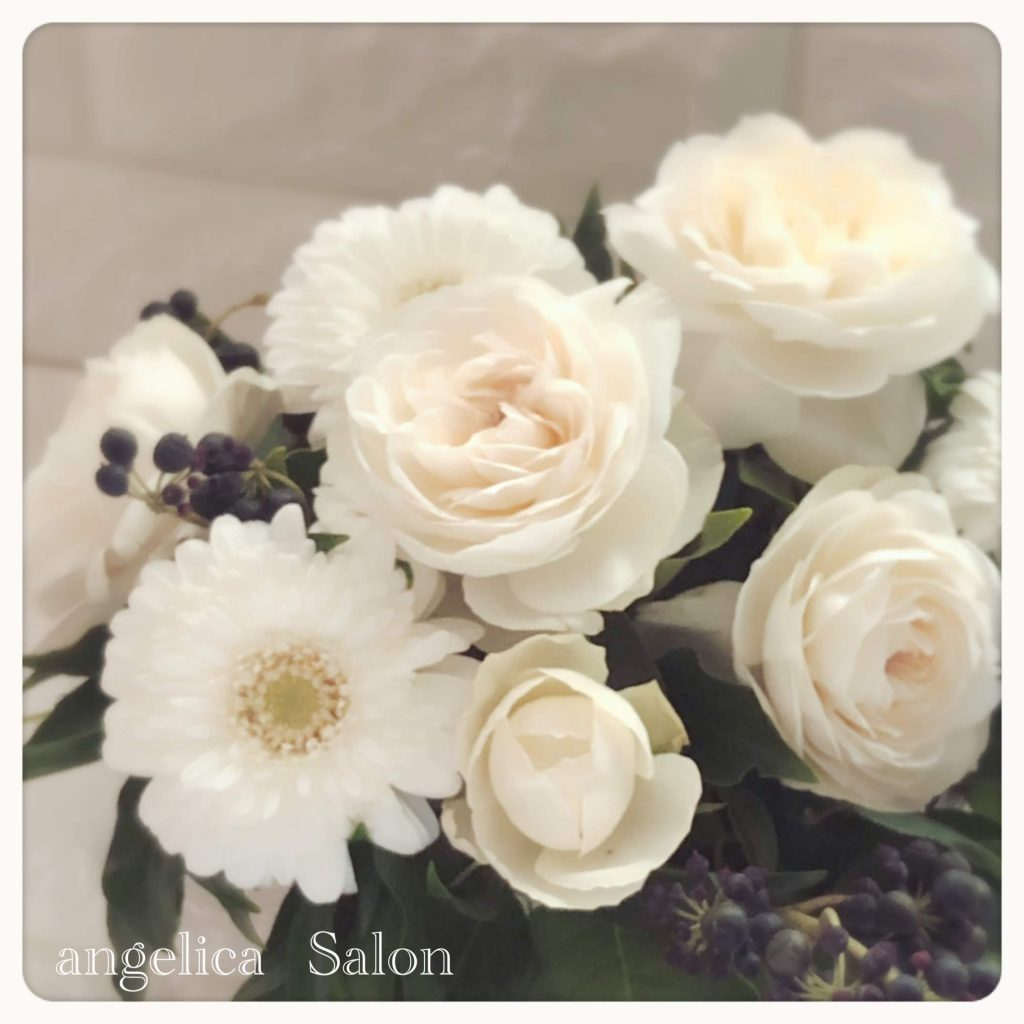 白い薔薇のフラワーアレンジメント